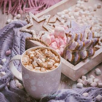 Chocolat chaud avec bonbons à la guimauve et biscuits au pain d'épice.