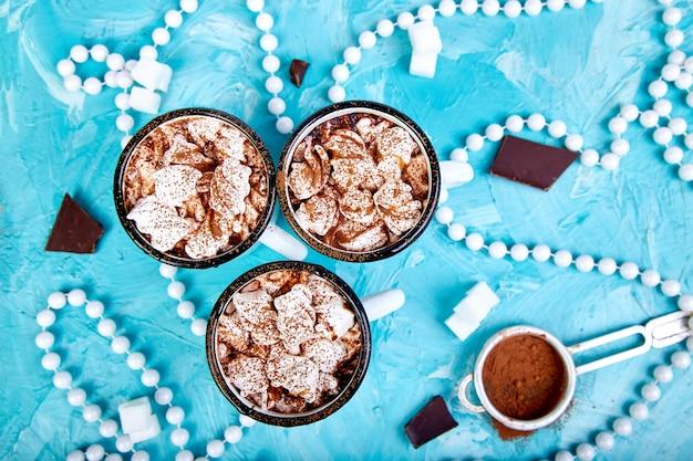Chocolat chaud avec des bonbons à la guimauve sur bois.