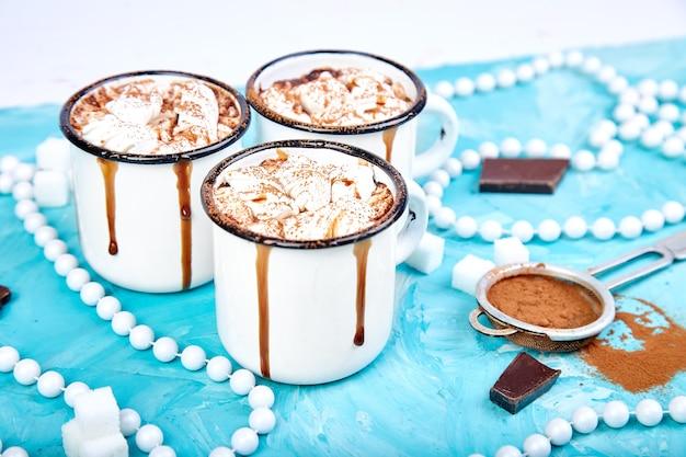 Chocolat chaud avec des bonbons à la guimauve sur fond de bois.