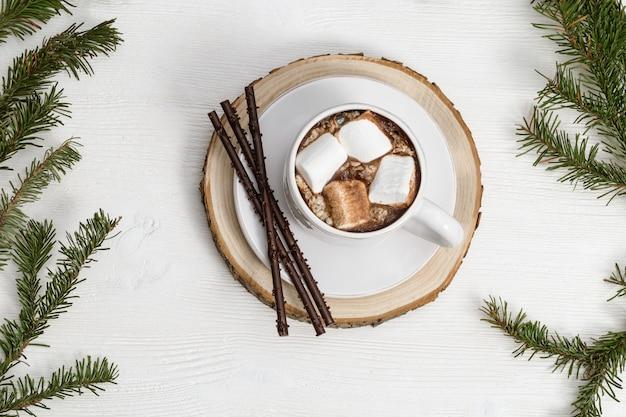 Chocolat chaud ou cacao avec guimauves et bâtons de chocolat.