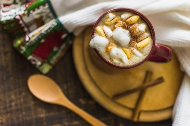 Chocolat chaud et cannelle près de serviette et cuillère