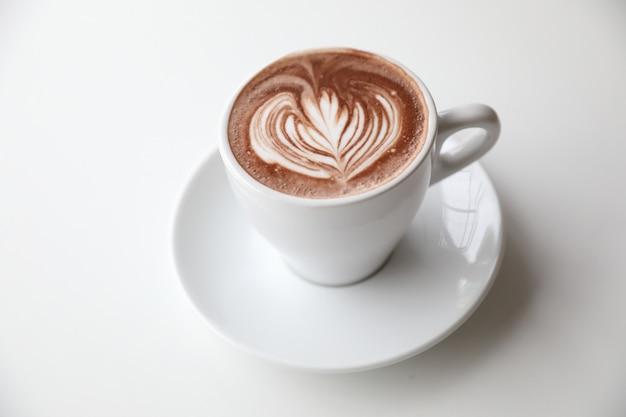 Chocolat chaud dans la salle de ton blanc