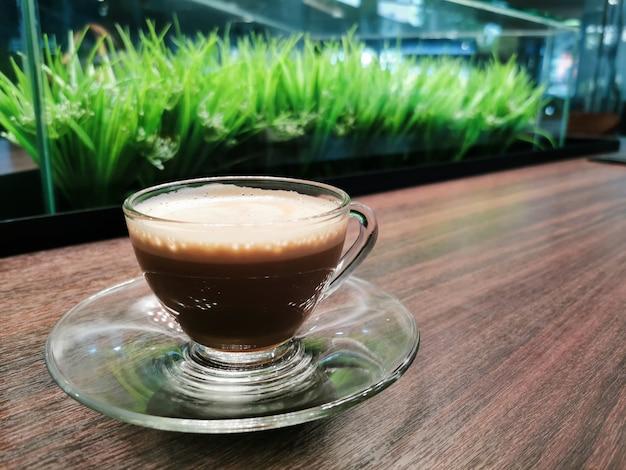 Chocolat chaud dans une tasse au café