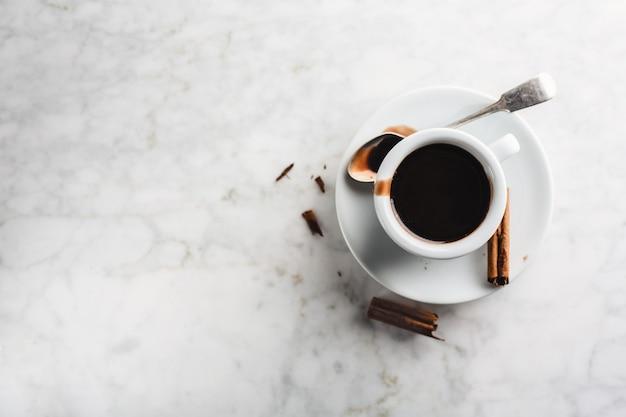 Chocolat chaud dans une tasse à la cannelle