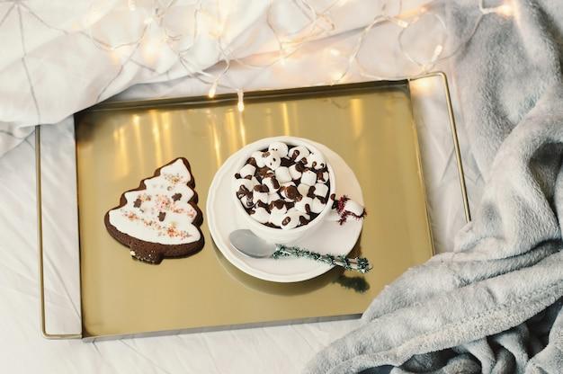 Chocolat chaud à la guimauve et biscuit en forme de sapin de noël