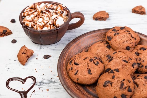 Chocolat chaud avec guimauve et biscuits au chocolat. l'amour. cœur. saint valentin.
