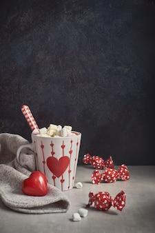 Chocolat chaud à la guimauve, tasse blanche avec coeur
