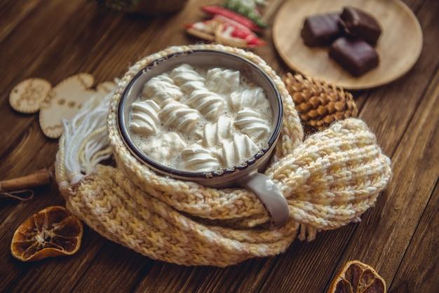 Chocolat chaud avec des guimauves aux épices sur les vieilles planches en bois