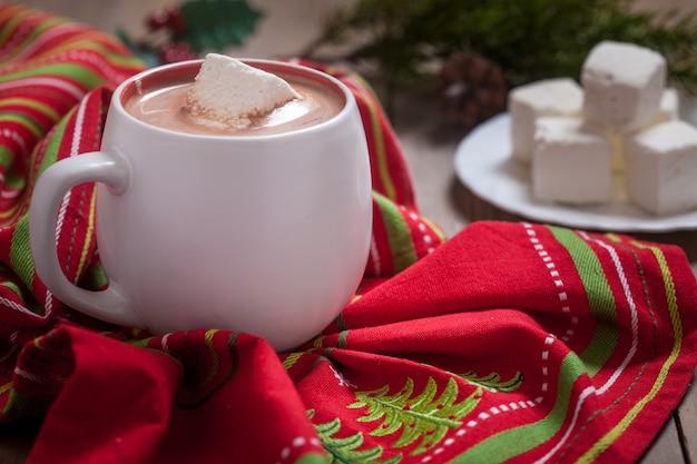 Chocolat chaud avec guimauves et décoration de lumières de noël