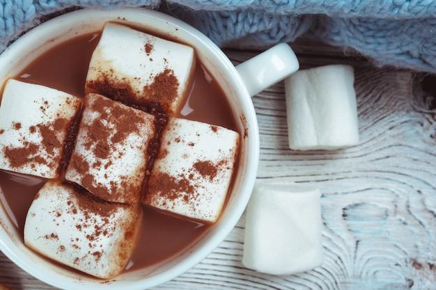 Chocolat chaud avec des guimauves sur la table