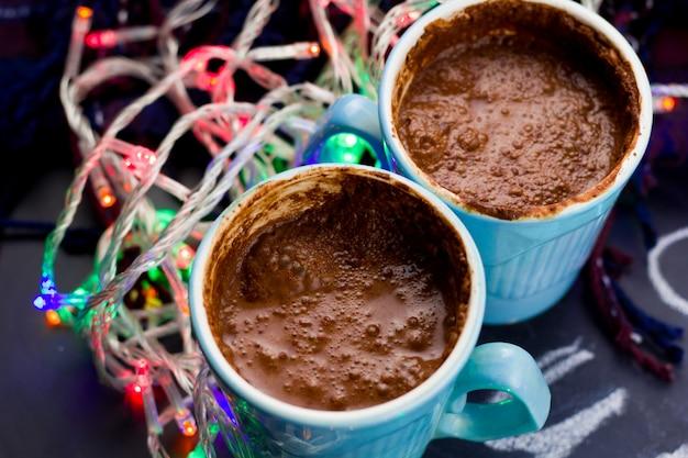 Chocolat chaud et guirlandes lumineuses sur la table