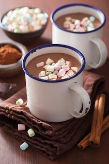 Chocolat chaud avec des mini guimauves boisson cannelle d'hiver