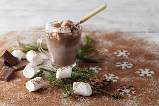 Chocolat chaud de noël avec guimauve et pépites de chocolat