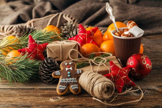 Chocolat chaud de noël avec ornements et canne en bonbon
