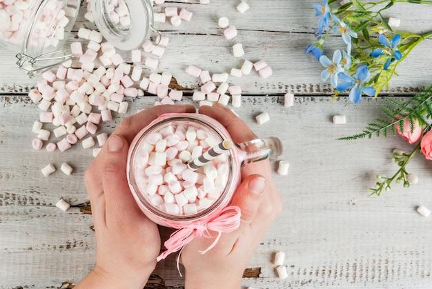 Chocolat chaud rose à la guimauve