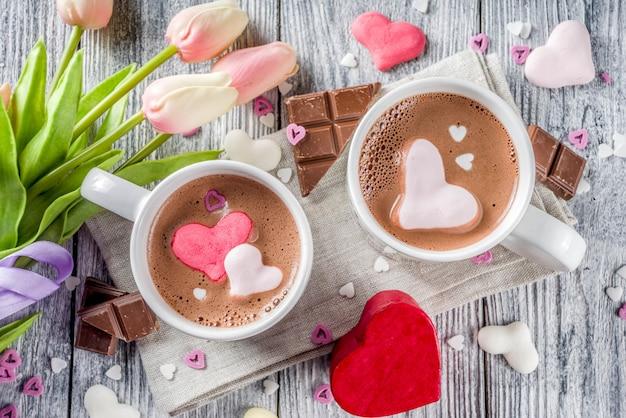 Chocolat chaud de la saint-valentin avec des cœurs de guimauve