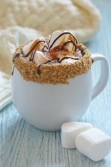 Chocolat chaud smores avec guimauve rôtie et biscuit graham