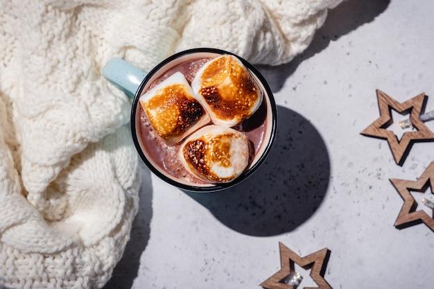 Chocolat chaud smores avec guimauve rôtie