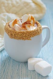 Chocolat chaud smores avec marshmallo rôti et biscuit graham