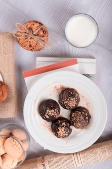 Chocolat, collations sucrées et lait sur la table