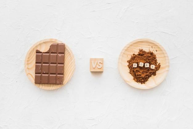 Chocolat contre cacao en poudre avec blocs cubiques purs