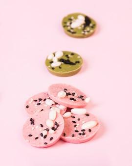 Chocolat délicieux avec différentes saveurs disposées sur une surface unie