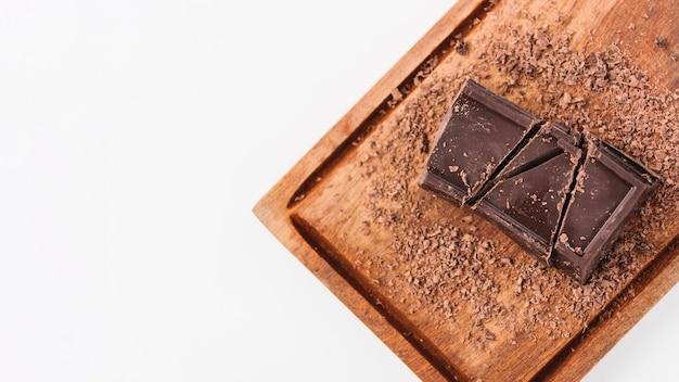 Chocolat entre des boucles de chocolat sur une planche à découper