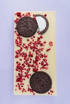 Chocolat fait main naturel gros plan sur un lumineux
