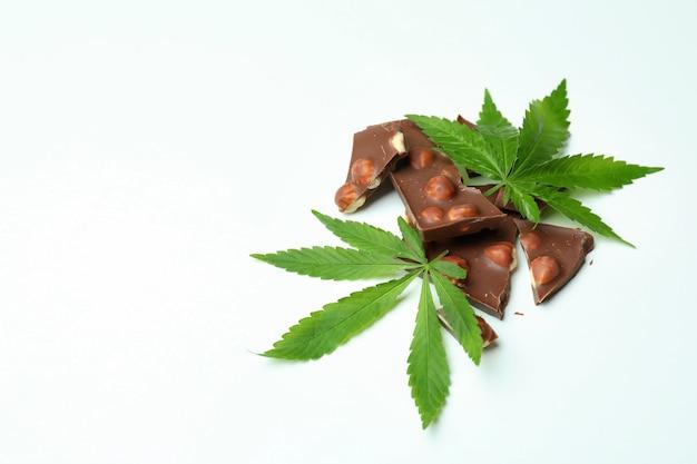 Chocolat et feuilles de cannabis sur le blanc