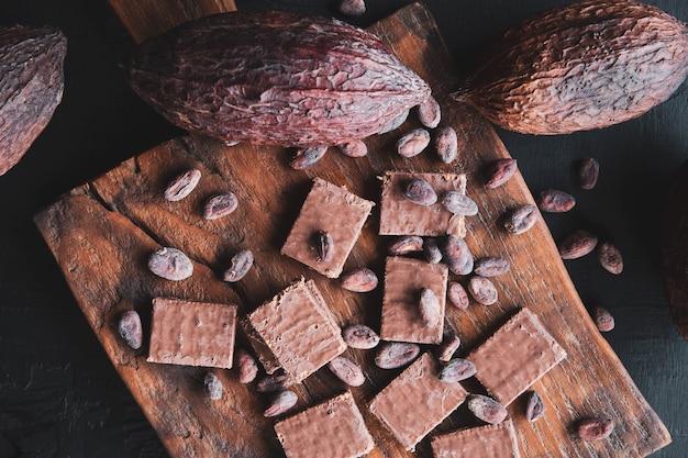 Chocolat et fèves de cacao au cacao sur fond noir