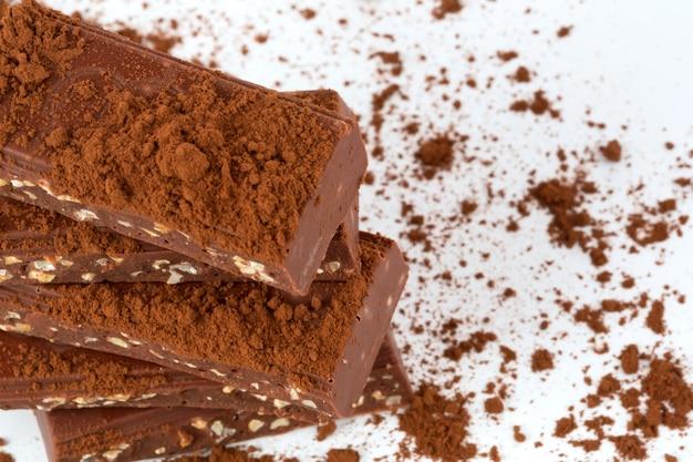 Chocolat avec fond blanc isolé de noix de cacao