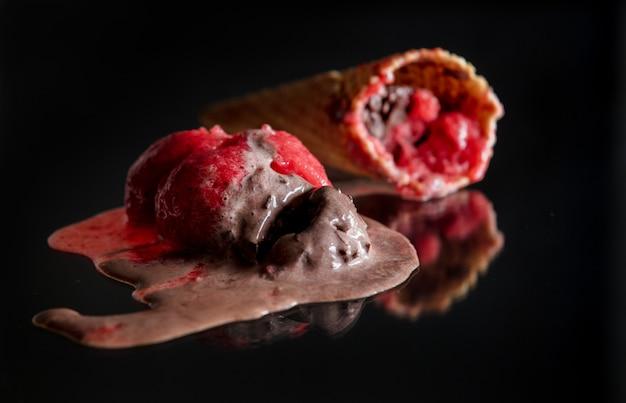 Chocolat fondu et glace à la framboise sur verre