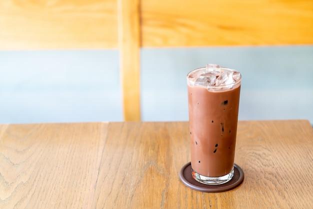 Chocolat glacé sur table en bois