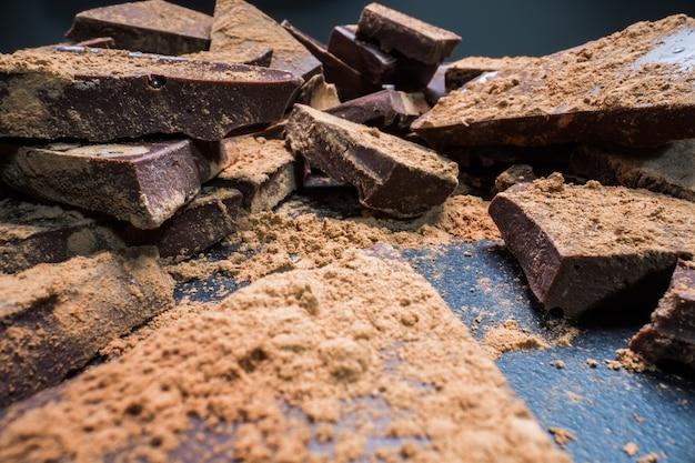 Chocolat haché au cacao, gros morceaux. concept de desserts, de sucre, de glucides et de graisses.