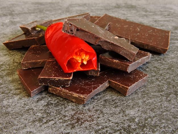 Chocolat haché au piment. macro.