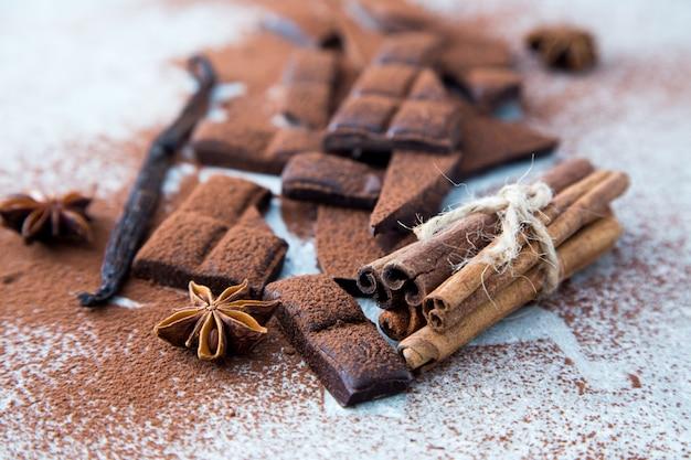 Chocolat haché avec un bâton de cacao, de cannelle et de vanille