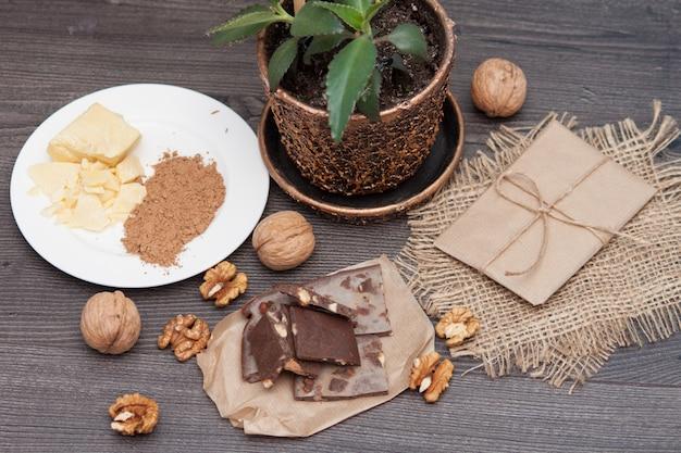 Chocolat à la main de caroube avec des noix. ingrédients beurre de cacao, caroube.