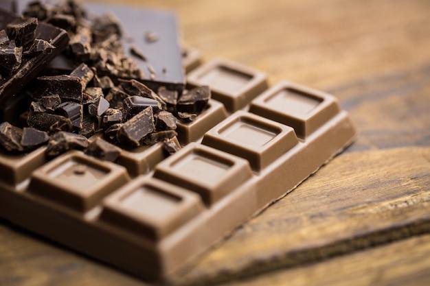 Chocolat noir et au lait sur une table en bois