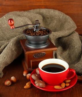 Chocolat noir, boisson chaude et moulin à café sur l'espace en bois