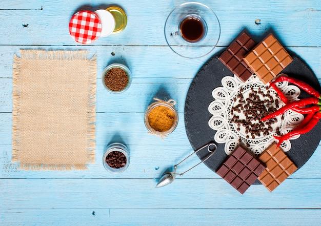 Chocolat noir et chocolat au lait, avec piments rouges