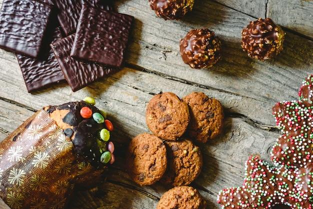 Chocolat noir fourré à la crème de menthe sur fond en bois