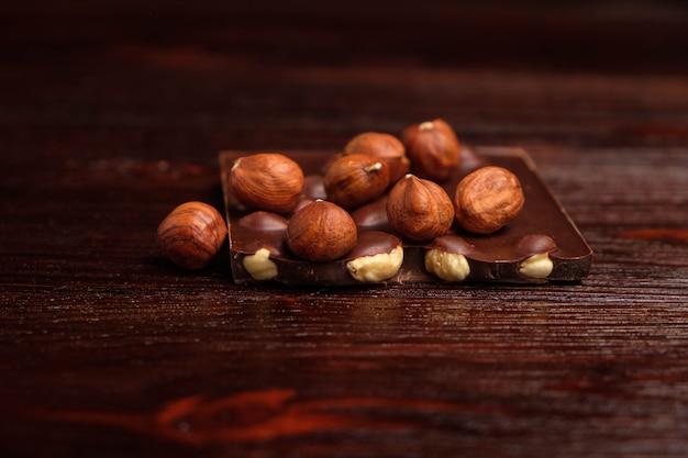 Chocolat noir et noix sur une table en bois