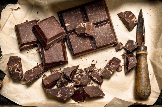 Chocolat noir sur vieux papier. vue de dessus