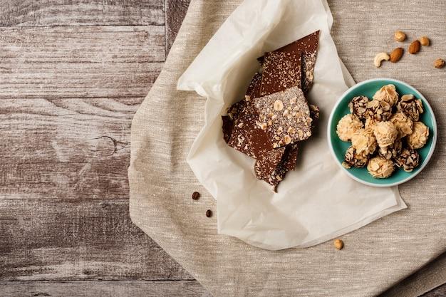 Chocolat et noix sur bois