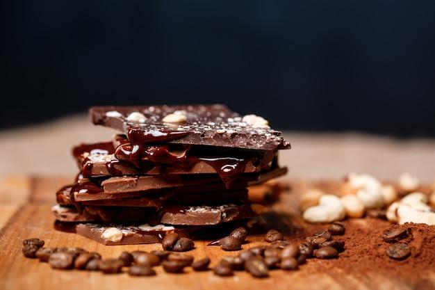 Chocolat et noix sur fond noir