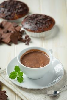 Chocolat sur la surface sombre. concept de la journée mondiale du chocolat