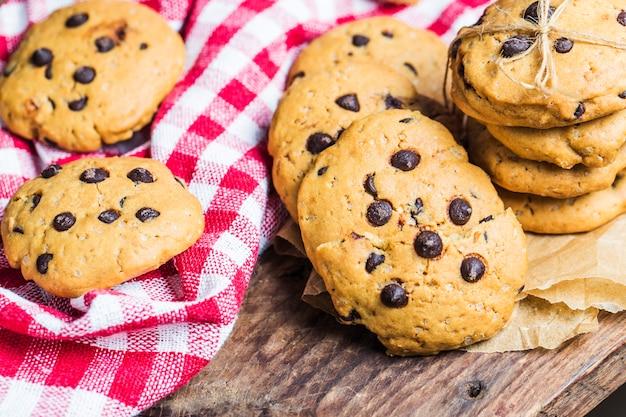 Chocolate chip cookie sur fond blanc