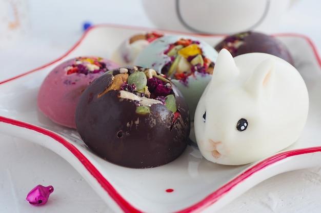 Chocolats artisanaux fourrés aux noix et figurine de lapin en chocolat.