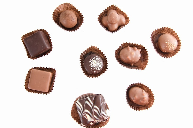 Chocolats assortis sur blanc