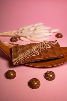 Chocolats et confiseries artisanaux en préparation.